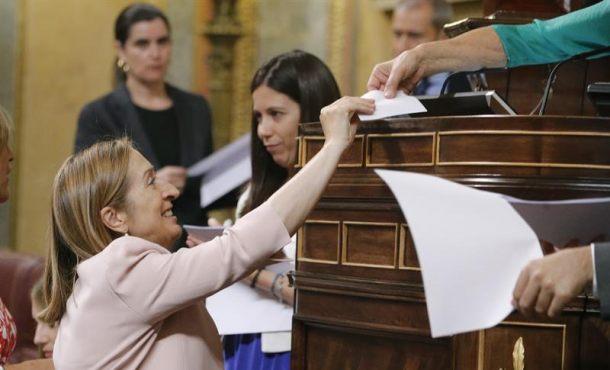 La candidata del PP a presidenta del Congreso, Ana Pastor, entrega su voto durante la elección a presidente de la Cámara Baja en la sesión constitutiva de las Cortes Generales de la XII legislatura. EFE