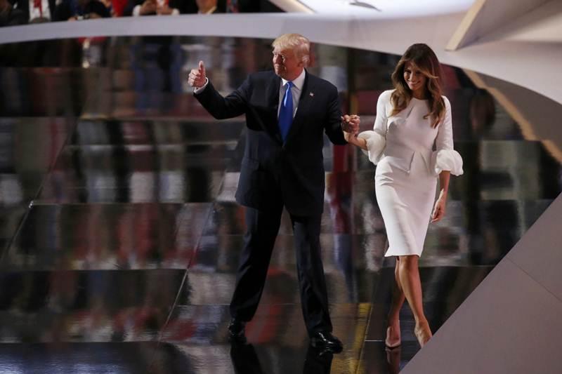 La esposa del precandidato presidencial republicano Donald Trump (i), Melania (d), habla hoy, 18 de julio de 2016, en la apertura de la segunda sesión del primer día de la Convención Republicana en el Centro Nacional Republicano Quicken Loans Arena de Cleveland, Ohio.