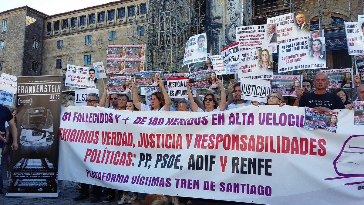 Las víctimas del accidente del Alvia español 04155 en Santiago de Compostela (Galicia) hace 3 años, hoy durante la manifestación reclamando la dimisión de Ana Pastor. lasvocesdelpueblo.