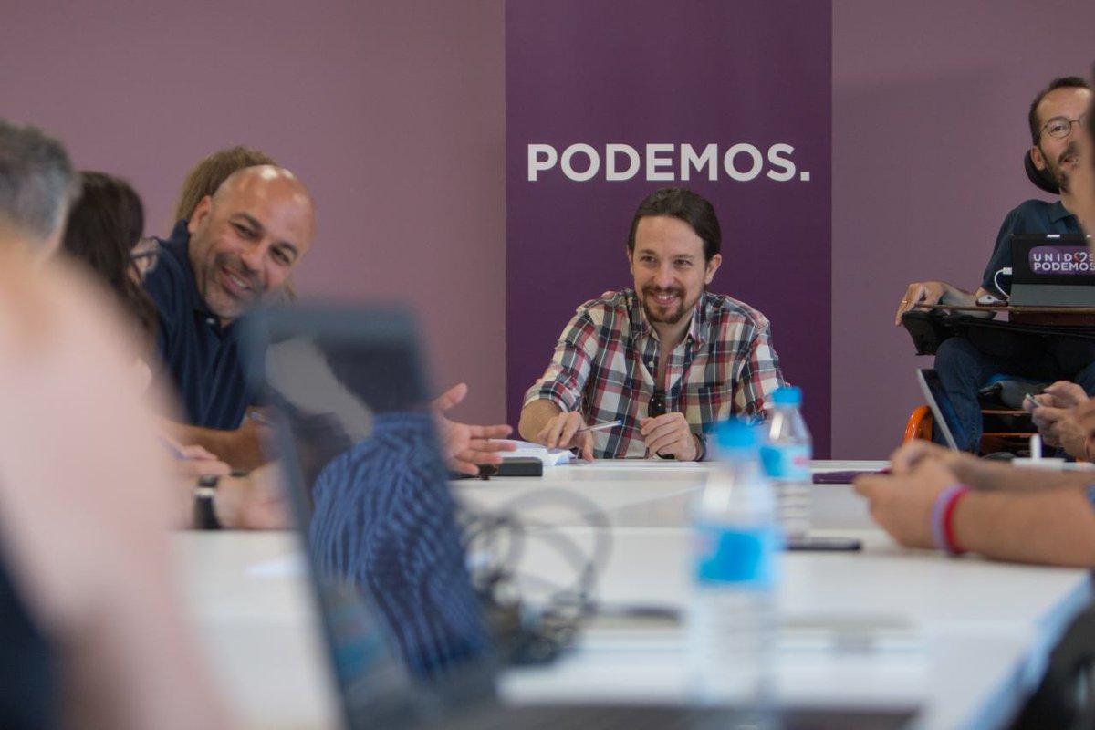 Los extremistas podemitas junto al líder de la formación Pablo Iglesias (fondo) y a su derecha el secretario de organización de Podemos, Pablo Echenique hoy durante la reunión en Madrid. Lasvocesdelpueblo.