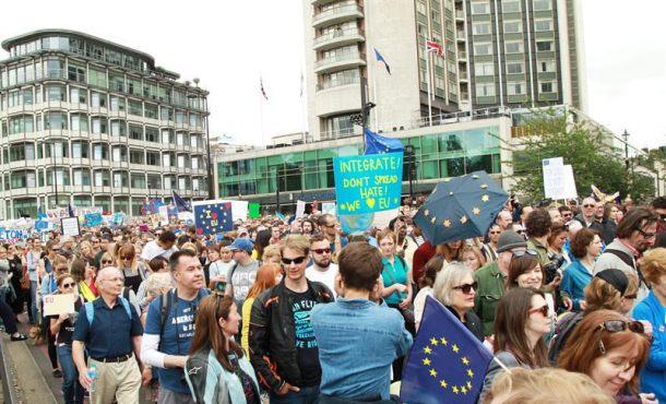 40.000 ingleses hoy en las calles de Londres contra la separación de su país del resto de la comunidad europea con globos y banderas de la Unión Europea. Efe.