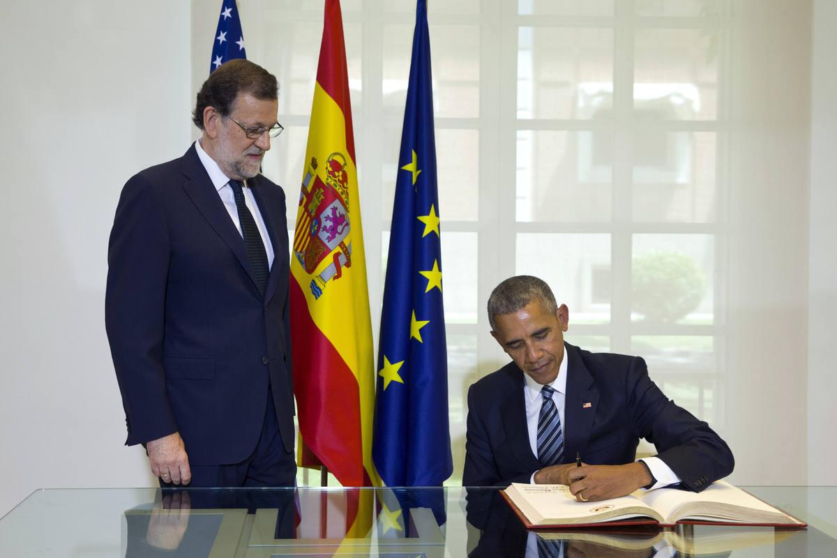 GRA200. MADRID, 10/07/2016.- El presidente de los EEUU, Barack Obama (d), firma en el libro de honor, ante la mirada del presidente del Gobierno, Mariano Rajoy (i), que lo ha recibido hoy en el Palacio de la Moncloa, en la primera visita oficial del mandatario estadounidense a España. EFE/Presidencia del Gobierno/Diego Crespo