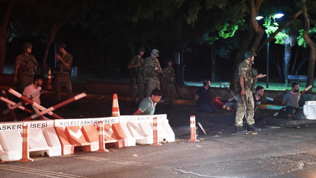 Policias turcos esta noche en calle cortada de Estambul. Afp.