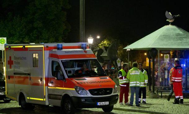 Una ambulancia en el lugar donde un refugiado sirio murió hoy al detonar un artefacto explosivo en Ansbach, Alemania, causando doce heridos. EFE