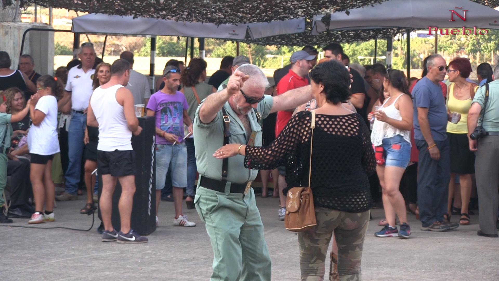 Un legionario español (c) bailando junto a un grupo de mujeres catalanas y representantes de los colectivos Asociación Sanfilippo de Barcelona y Fundación Síndrome 5P-. Lasvocesdelpueblo.