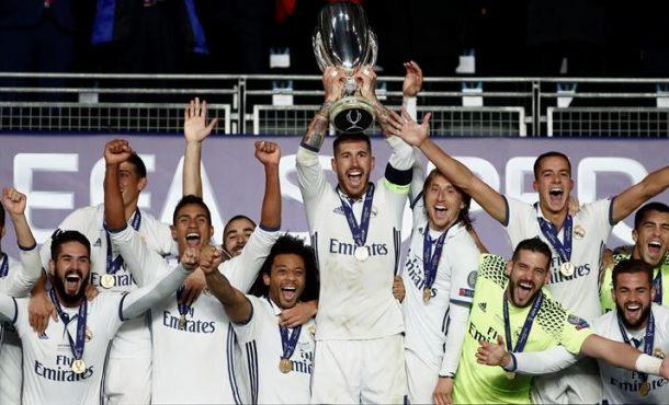 El capitán del Real Madrid Sergio Ramos (6-d) levanta el trofeo junto a sus compañeros, al término de la final de la Supercopa de Europa 2016 ante el Sevilla disputada esta noche en el estadio de Lerkendal, en la ciudad noruega de Trondheim. EFE