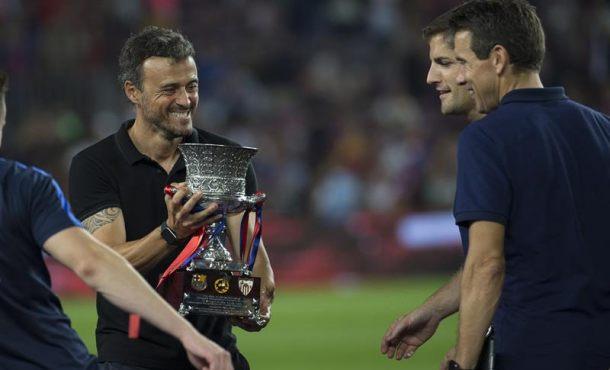 El entrenador del FC Barcelona Luis Enrique Martínez (2i) sostiene el trofeo tras vencer por 3-0 al Sevilla FC de la Supercopa en Barcelona. EFE