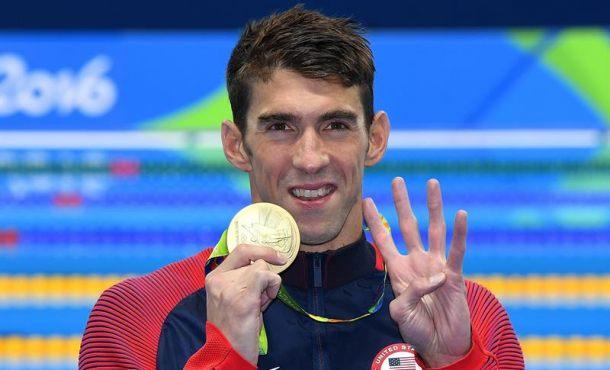El nadador estadounidense Michael Phelps muestra su medalla de oro este 11 de agosto de 2016, obtenida en la prueba de los 200 estilos durante los Juegos Olímpicos Río 2016. EFE