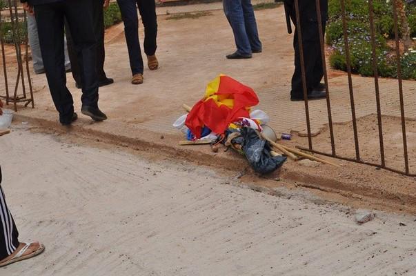 Desprecio absoluto de las autoridades marroquíes a la bandera de España durante la detención de los patriotas españoles en Sidi Ifni. Lasvocesdelpueblo.