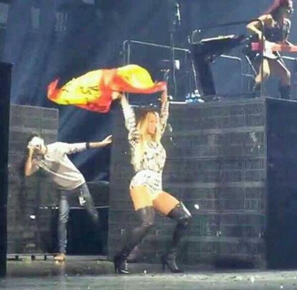 La cantante estadounidense Beyoncé Giselle Knowles, el pasado 24.03.2014 en el Palacio de San Jordi de Barcelona, bailando con una bandera de España. Archivo Lasvocesdelpueblo