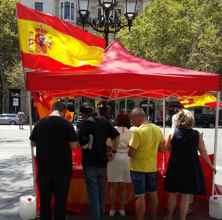 Los catalanes acudiendo el pasado sábado 30 de julio de 2016 a la primera carpa de información y propaganda del acto de la fiesta Nacional de la patria en Cataluña de la plataforma española COFNE, en la esquina de Paseo de Gracia de Barcelona con la calle Caspe de Barcelona. lasvocesdelpueblo.