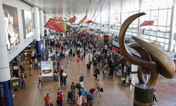 Pasajeros esperan en el aeropuerto de Bruselas en Zaventem (Bélgica). EFE