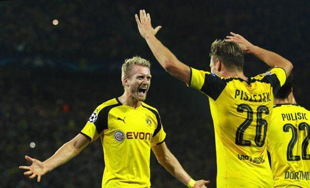 El jugador del Dortmund Andre Schuerrle (i) celebra con su compañero Lukasz Piszczek (c) después de anotar el gol del empate 2-2 durante un partido por el grupo F de la Liga de Campeones entre el Dortmund y el Real Madrid, en Dortmund (Alemania). EFE