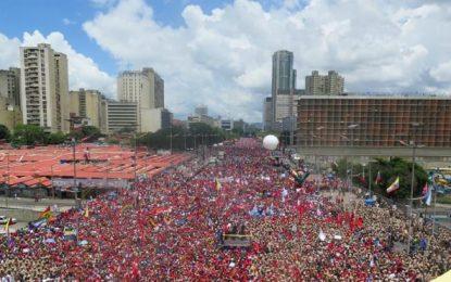 """A 6 km """"en defensa de la revolución"""", los chavistas rechazan la multidunaria manifestación antichavista"""