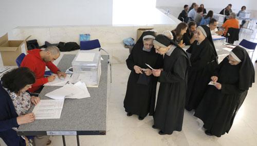 La jornada electoral en Galicia nos deja imágenes curiosas como esta de un grupo de religiosas votando en un colegio en Santiago de Compostela, La Coruña... rtve.