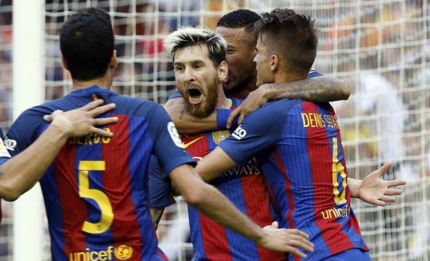 El delantero argentino del FC Barcelona Leo Messi (c), junto al delantero brasileño Neymar Jr (c-detrás), y los centrocampistas Denis Suárez (d) y Sergio Busquets (5), celebra el gol que ha marcado, el tercero del equipo frenta al Valencia, durante el partido de la novena jornada de Liga de Primera División en el estadio de Mestalla de Valencia. EFE