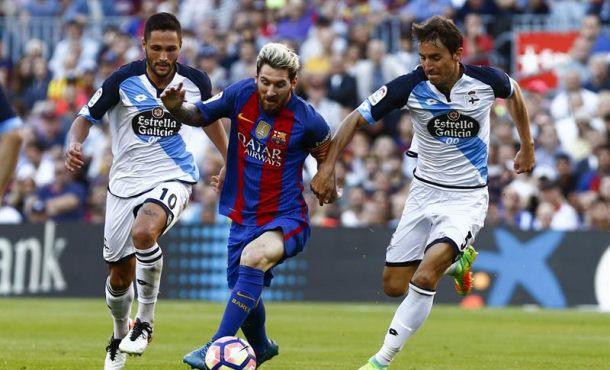 El delantero argentino del FC Barcelona Leo Messi (c) lucha entre el delantero rumano del RC Deportivo de la Coruña Florin Andone (i) y el centrocampista del RC Deportivo de la Coruña Pedro Mosquera (d), en el estadio del Camp Nou . Efe.