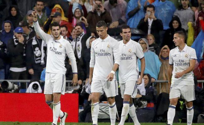 El delantero del Real Madrid Morata (i) celebra tras marcar el segundo gol ante el Athletic de Bilbao, durante el partido de la novena jornada de Liga en Primera División jugado en el estadio Santiago Bernabéu, en Madrid. EFE