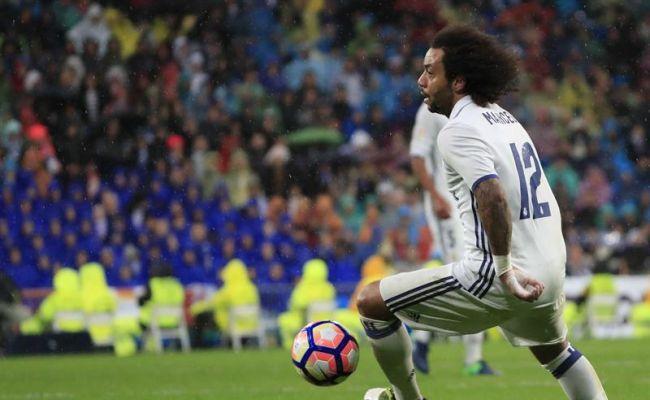 El lateral brasileño del Real Madrid Marcelo juega un balón, durante el partido de la novena jornada de Liga en Primera División ante el Athletic de Bilbao jugado en el estadio Santiago Bernabéu, en Madrid. EFE