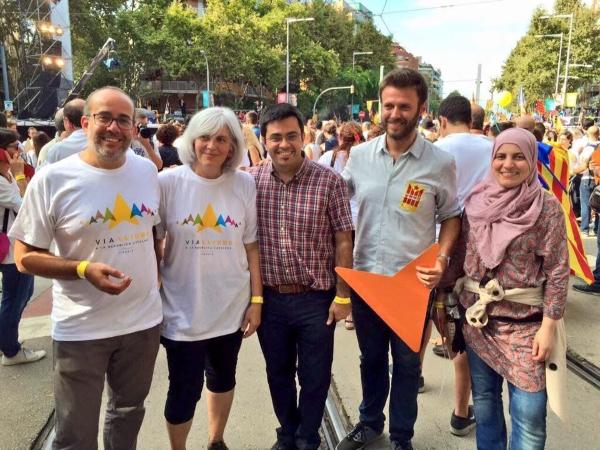 Manifestación del secesionista del 'Día de Juntos Por El Sí y la beligerante CUP: (11-S)' de 2015. De izquierda a Derecha: Oriol Lladó (teniente de alcaldía de ERC en Badalona), Dolores Sabaté (alcaldesa de Badalona), Gerardo Pisarello (Barcelona en Común de Ada Colau); y los concejales del Ayuntamiento de Badalona: el primer teniente José Téllez y la concejala islamista Fátima Taleb ambos de (Podemos y CUP --Ganamos Badalona--). Archivo facilitado por Ganamos Badalona. Lasvocesdelpueblo.