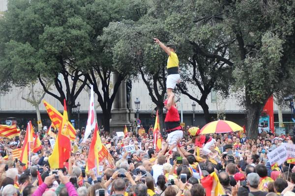 Plaza de Cataluña de Barcelona, miércoles 12 de octubre de 2016. Una niña catalana subiendo en un pilar de una pirámide humana de con su casco de colores de la bandera de España y que luego arriba, desplegó una bandera de España ante aplausos y gritos de 'viva España'. Lasvocesdelpueblo.
