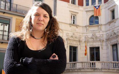 Inhabilitada, la alcaldesa de CUP por la bandera independentista en la fachada del Ayuntamiento