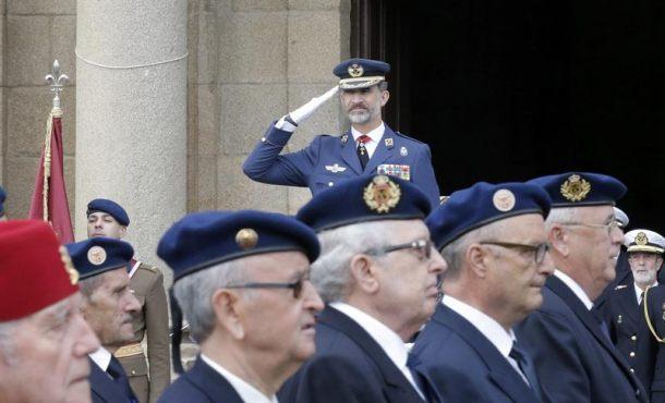 El Rey Felipe VI preside el desfile de militares retirados en el Día del Veterano de las Fuerzas Armadas y de la Guardia Civil, esta mañana en el Arsenal Militar de Ferrol. EFE