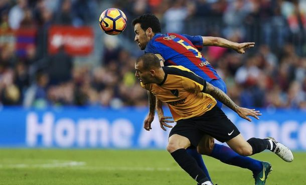 El centrocampista del FC Barcelona Sergio Busquets (d) y el delantero del Málaga CF, Sandro Ramírez, durante el partido de la duodécima jornada de Liga de Primera División en el Campo Nuevo. Efe.