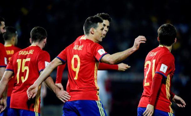 El delantero de la selección española Ariz Aduriz (c) celebra tras marcar el cuarto gol ante Macedonia, en el partido correspondiente a la clasificación para el Mundial Rusia 2018 disputado en el estadio Nuevo Los Cármenes, en Granada. EFE
