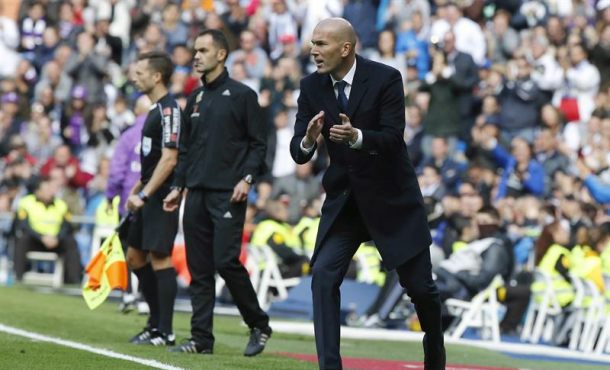 El entrenador del Real Madrid, Zinedine Zidane, anima a su equipo durante el partido frente al Leganés, correspondiente a la undécima jornada de LaLiga Santander, disputado entre ambos conjuntos esta mañana en el Santiago Bernabeu. EFE