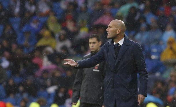 El entrenador francés del Real Madrid Zinedine Zidane en el estadio Santiago Bernabéu de Madrid. Archivo Efe