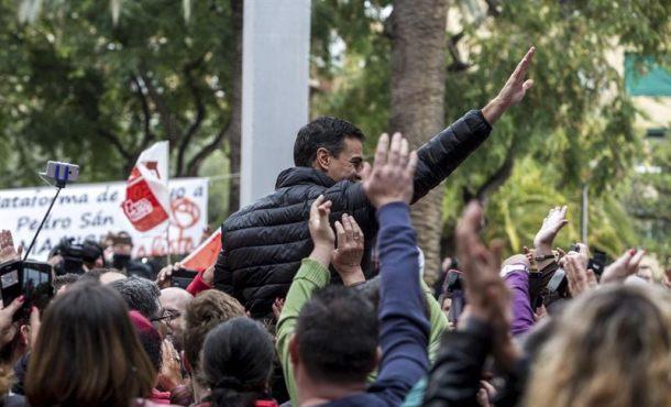 El ex secretario general del PSOE Pedro Sánchez durante la visita realizada hoy a Chirivella (Valencia). Efe.