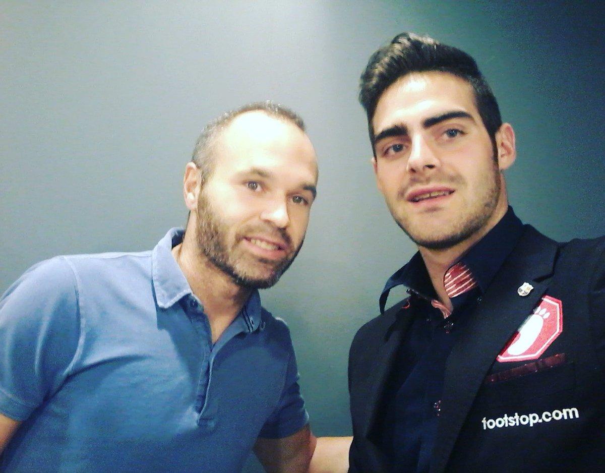 El internacional español Andrés Iniesta (i) junto al primer arbitro gay de España (d) dutrante la visita del Jesús Tomillero, el arbitro gay, en el Campo Nuevo de FC Barcelona. Lasvocesdelpueblo