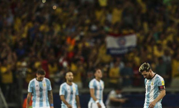 El jugador de Argentina Lionel Messi (d) reacciona ante la anotación de un gol por parte de Brasil durante un partido entre Brasil y Argentina por la clasificación al Mundial Rusia 2018, en el estadio Mineirão, en la ciudad de Belo Horizonte (Brasil). EFE