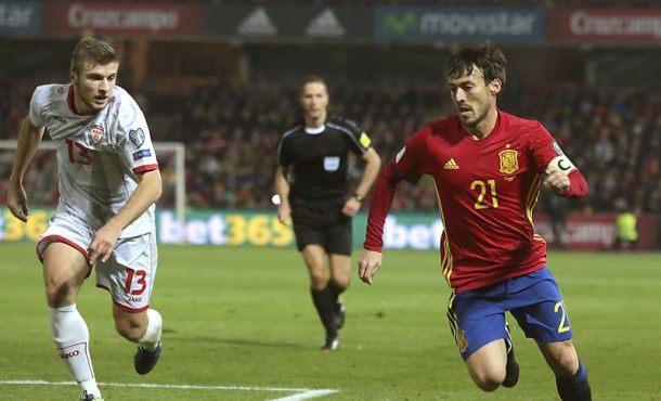 El jugador de la seleccion española Silva (d) escapa de Ristovski, de Macedonia, durante el partido correspondiente a la clasificación para el Mundial Rusia 2018 que están disputando esta noche en el estadio Nuevo Los Cármenes, en Granada. EFE