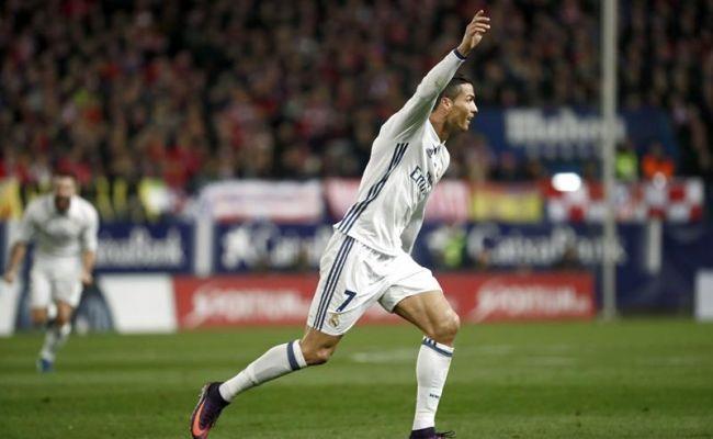 El portugués Cristiano Ronaldo, del Real Madrid, celebra su gol, primero del equipo blanco frente al Atlético de Madrid, durante el partido de la duodécima jornada de Liga en Primera División que se jugó en el estadio Vicente Calderón, en Madrid. EFE