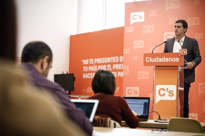 El presidente de Ciudadanos (C's), Albert Rivera, hoy, lunes 7 de noviembre de 2016, en rueda de prensa en la sede de su Partido en la capital de la Patria. Lasvocesdelpueblo.