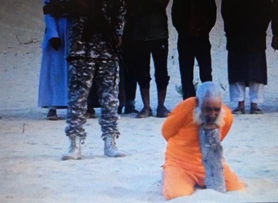 En esos documentos gráficos se ve cómo el religioso sufí Sheikh Sulaiman Abu Haraz, previamente secuestrado a punta de pistola en la ciudad de El Arish, aparece maniatado y listo para ser asesinado. Lasvocesdelpueblo