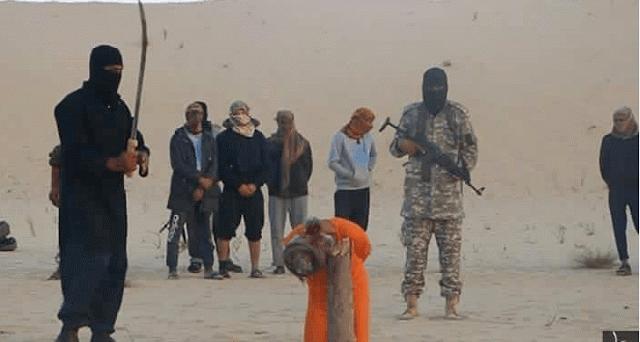 En la imagen el clerico acaba de ser degollado por la filial del Dáesh en Egipto, delante de su casa. Imagen facilitada por Dáesh. lasvocesdelpueblo.