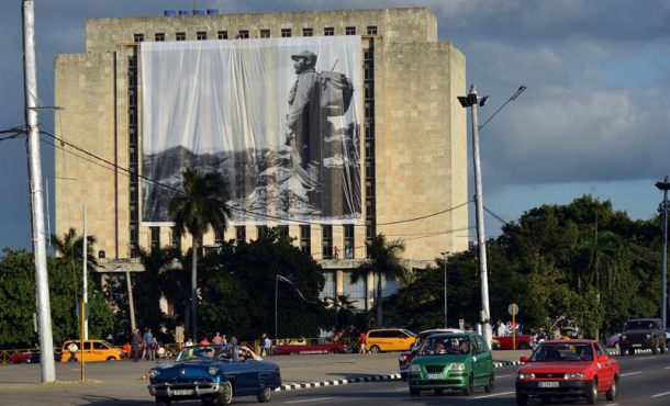 Fotografía donde se ve un lienzo con la imagen del fallecido líder cubano Fidel Castro en la Plaza de la Revolución donde a partir de mañana lunes descansarán las cenizas del fallecido líder de la revolución, en La Habana (Cuba). EFE