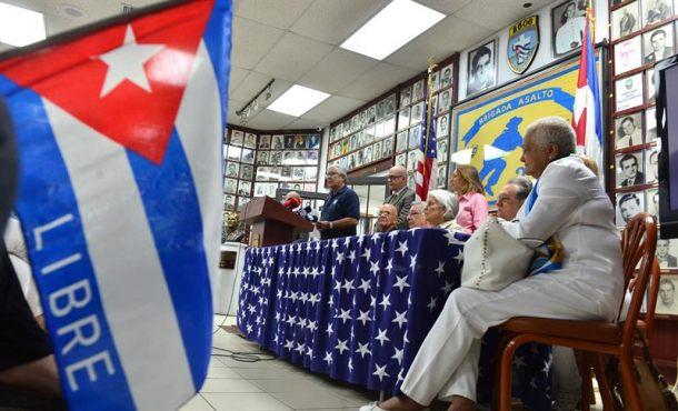 Integrantes de organizaciones del exilio cubano fueron registrados este domingo, durante una rueda de prensa, en el Museo de la Invasión a Bahía Cochinos, en el barrio de la Pequeña Habana, en Miami (EE.UU.). Efe.