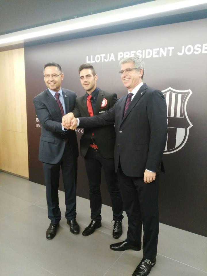 Josep Bartomeu, presidente de FC Barcelona (i), el primer arbitro gay de España, Jesús Tomillero (c) junto a un directivo de FC Barcelona (d) durante el encuentro con FC Barcelona. Lasvocesdelpueblo.