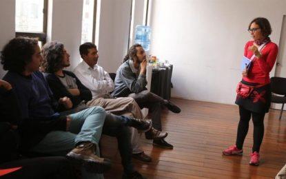 La dramaturga española Lucía Miranda da un taller para solucionar conflictos en Bolivia
