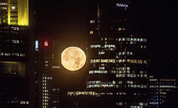 La luna ilumina el cielo sobre Fráncfort (Alemania) en la madrugada de hoy 14 de noviembre de 2016. EFE