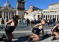 Detenida una feminista «Femen» por acto obsceno en el Belén del «niño Jesús» en Roma