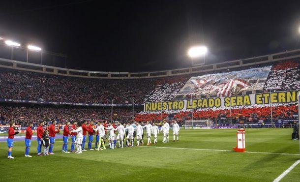 Los jugadores del Atlético de Madrid y del Atlético de Madrid antes del partido de la duodécima jornada de Liga en Primera División en el estadio Vicente Calderón, en Madrid. Efe.