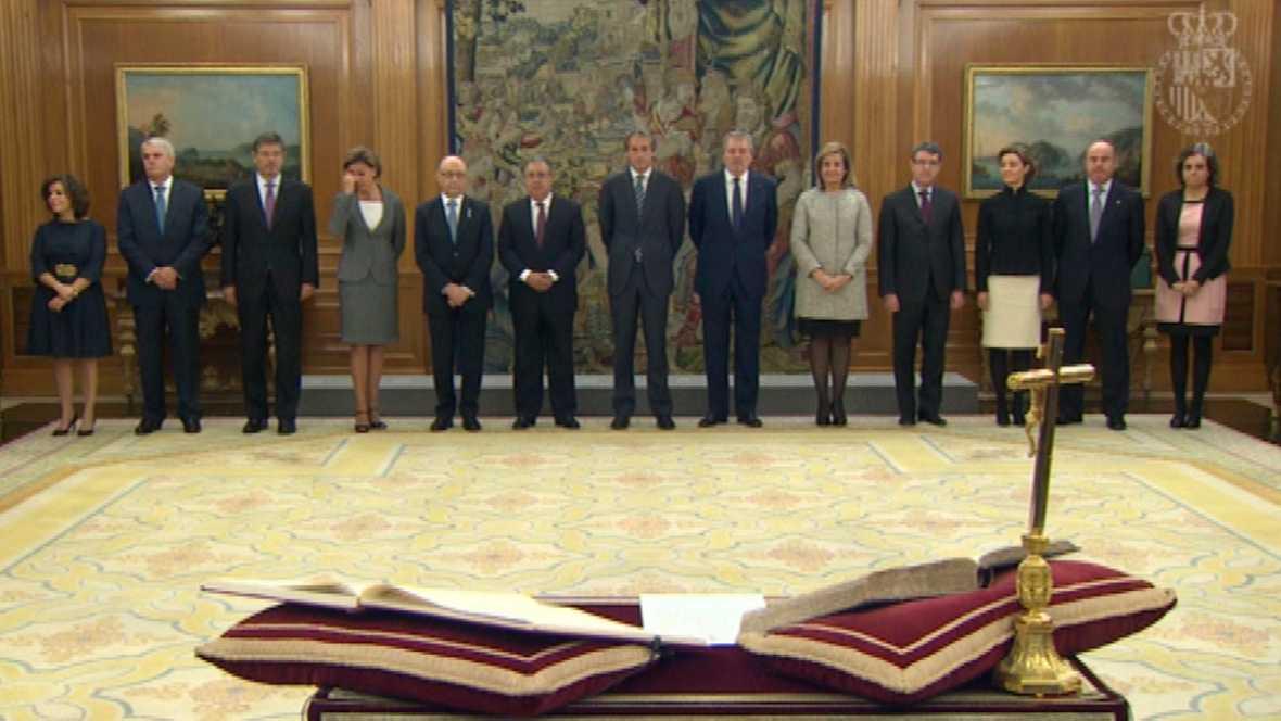 Los trece ministros del nuevo Gobierno de Mariano Rajoy juran sus cargos ante el rey. rtve.