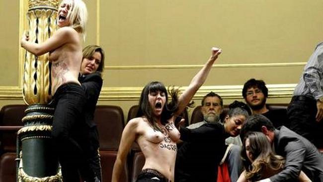 Tres activistas de Femen fueron detenidas ayer en la tribuna del Congreso de los Diputados después de que se quitasen sus camisas para protestar por la reforma de la ley del aborto que quiere poner en marcha el Gobierno. Cuando comenzaron a gritar «Aborto es sagrado» interrumpieron al ministro de Justicia y principal defensor de la norma, Alberto Ruiz Gallardó