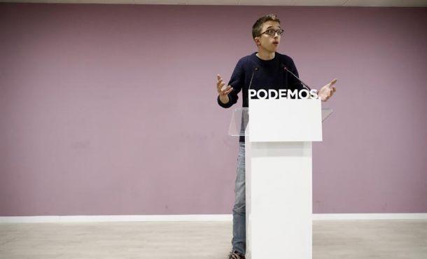 """El secretario político de Podemos, Iñigo Errejón, durante la rueda de prensa en la que ha subrayado que los resultados de la consulta para decidir las reglas de Vistalegre II demuestran que en el partido hay """"dos proyectos equilibrados"""" y """"complementarios"""" que deben """"entenderse"""" y ha defendido salir de la lógica del """"todo o nada"""", hoy en la sede del partido en Madrid. Efe."""