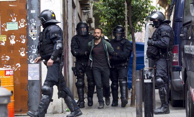 Aprobada la Ley de Carles Puigdemont para el desalojo exprés de los Okupas